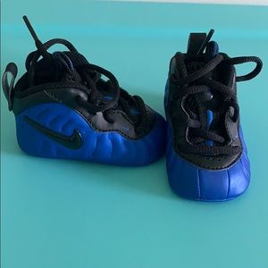 I am selling a pair of Nike foam posite size 2c